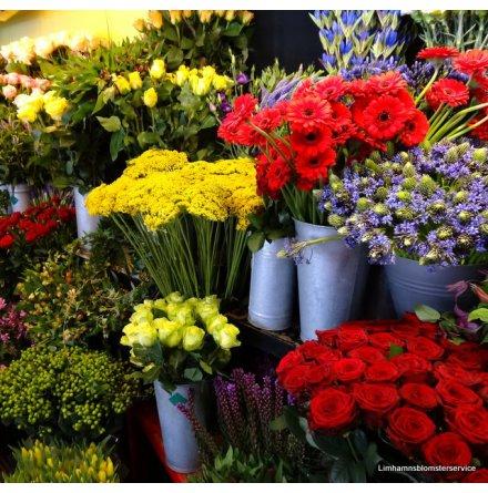 Floristen väljer  sorgdekoration